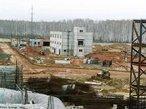 Usina de Kyshtym - R�ssia, 1957. Ap�s a Segunda Guerra Mundial, a Uni�o Sovi�tica estava empenhada em alcan�ar o poderio nuclear dos Estados Unidos. O governo contratou cientistas renomados para trabalhar em um programa que deu origem a uma d�zia de usinas at�micas pelo pa�s, incluindo a constru��o da usina de Mayak, pr�xima � pequena cidade de Kyshtym. Mas a pressa em erguer o projeto foi negligente em rela��o � seguran�a. No dia 29 de setembro, uma falha no sistema de refrigera��o do compartimento de armazenamento de res�duos nucleares causou uma explos�o em um tanque com 80 toneladas de material radioativo. As part�culas liberadas contaminaram a regi�o de Mayak e cidades pr�ximas num raio de 800km. Como a cidade de Ozyorsk, sede da trag�dia, n�o integrava oficialmente o mapa sovi�tico, o acidente nuclear ficou conhecido como &quot;O Desastre de Kyshtym&quot;, em refer�ncia � cidade vizinha. Na ocasi�o, o governo russo for�ou a evacua��o de 10 mil pessoas das �reas afetadas, privando-as de explica��es. S� uma semana depois, com o surgimento dos primeiros efeitos f�sicos e anomalias, � que a popula��o foi oficialmente informada sobre o acidente nuclear. Estima-se que pelo menos 200 pessoas morreram de c�ncer em decorr�ncia da exposi��o � radia��o. <br/><br/> Palavras-chave: Usina de Kyshtym. Acidentes nucleares. Energia nuclear. Radioatividade.