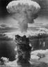 Imagem do livro did�tico p�blico retratando a explos�o da bomba at�mica em Nagasaki - Jap�o. <br/><br/> Palavras-chave: Bomba at�mica. Radioatividade. Emiss�es radioativas. Leis da radioatividade.