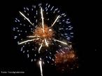 Imagem que mostra fogos de artif�cio que � composto basicamente por p�lvora (mistura de enxofre, carv�o e salitre 'nitrato de pot�ssio') e por um sal de um elemento determinado (o que ir� determinar a cor da luz produzida na explos�o). Os componentes dos fogos de artif�cio respons�veis pelos efeitos luminosos s�o os elementos alcalino-terrosos (B�rio, Ber�lio, C�lcio, Estr�ncio, Magn�sio). Quando sujeito a uma fonte de energia forte (p�lvora), cada um destes elementos emite uma luz intensa com uma determinada cor caracter�stica. A cor branca � produzida pelo Magn�sio, a vermelha pelo Estr�ncio e a verde pelo B�rio. <br/><br/> Palavras-chave: Fogos de artif�cio. Tabela peri�dica. P�lvora.