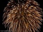 Imagem que mostra fogos de artif�cio, que � composto basicamente por p�lvora (mistura de enxofre, carv�o e salitre 'nitrato de pot�ssio') e por um sal de um elemento determinado (o que ir� determinar a cor da luz produzida na explos�o). Os componentes dos fogos de artif�cio respons�veis pelos efeitos luminosos s�o os elementos alcalino-terrosos (B�rio, Ber�lio, C�lcio, Estr�ncio, Magn�sio). Quando sujeito a uma fonte de energia forte (p�lvora), cada um destes elementos emite uma luz intensa com uma determinada cor caracter�stica. A cor branca � produzida pelo Magn�sio, a vermelha pelo Estr�ncio e a verde pelo B�rio. <br/><br/> Palavras-chave: Fogos de artif�cio. Tabela peri�dica. P�lvora.