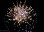 Imagem que mostra fogos de artif�cio, que � composto basicamente por p�lvora (mistura de enxofre, carv�o e salitre 'nitrato de pot�ssio') e por um sal de um elemento determinado (o que ir� determinar a cor da luz produzida na explos�o). Os componentes dos fogos de artif�cio, respons�veis pelos efeitos luminosos, s�o os elementos alcalino-terrosos (B�rio, Ber�lio, C�lcio, Estr�ncio, Magn�sio). Quando sujeito a uma fonte de energia forte (p�lvora), cada um destes elementos emite uma luz intensa com uma determinada cor caracter�stica. A cor branca � produzida pelo Magn�sio, a vermelha pelo Estr�ncio e a verde pelo B�rio. <br/><br/> Palavras-chave: Fogos de artif�cio. Tabela peri�dica. P�lvora.