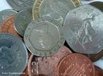Est�o em circula��o 2 fam�lias de moedas do Real, a primeira emitida de 1994 a 1997 � toda em a�o inoxid�vel e a segunda � composta de tipos diferenciados de metal e acabamento para facilitar a identifica��o. 1 e 5 centavos: A�o inoxid�vel (borda lisa) e em 1994. A�o Inoxid�vel revestido com Cobre (borda lisa). 10 e 25 centavos: A�o Inoxid�vel Revestido com Bronze (borda serrilhada). 50 centavos: 1998-2001: Cupron�quel e em 2001- : A�o Inoxid�vel. 1 real: 1998-1999: Cupron�quel (n�cleo) e Alpaca (anel) e em 2002- : A�o Inoxid�vel(n�cleo) e A�o Inoxid�vel revestido de bronze (anel) (ambas com serrilha intermitente na borda ). As moedas americanas seguiram o tradicional padr�o de cunhagem de 5 cents em n�quel (liga de 75% cobre e 25% n�quel, conhecida como &quot;copper-nickel&quot;), estabelecido desde 1866. Ocorre que, entre as datas de 1942 e 1945, houve uma mudan�a na composi��o da liga da pe�a.A alternativa americana foi substituir a liga de &quot;copper-nickel&quot; dos 5 cents por uma liga trimet�lica, composta de 9% mangan�s, 56% cobre e 35% prata. <br/><br/> Palavras-chave: Moedas. Ligas met�licas. A�o, bronze. Cupron�quel. Tabela peri�dica.