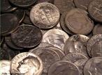 Est�o em circula��o 2 fam�lias de moedas do Real, a primeira emitida de 1994 a 1997 � toda em a�o inoxid�vel e a segunda � composta de tipos diferenciados de metal e acabamento para facilitar a identifica��o.  1 e 5 centavos: A�o inoxid�vel (borda lisa) e em 1994, a�o Inoxid�vel revestido com Cobre (borda lisa). 10 e 25 centavos: A�o Inoxid�vel Revestido com Bronze (borda serrilhada). 50 centavos: 1998-2001: Cupron�quel e em 2001- : A�o Inoxid�vel. 1 real: 1998-1999: Cupron�quel (n�cleo) e Alpaca (anel) e em 2002- : A�o Inoxid�vel(n�cleo) e A�o Inoxid�vel revestido de bronze(anel) (ambas com serrilha intermitente na borda ). As moedas americanas seguiram o tradicional padr�o de cunhagem de 5 cents em n�quel (liga de 75% cobre e 25% n�quel, conhecida como &quot;copper-nickel&quot;), estabelecido desde 1866. Ocorre que, entre as datas de 1942 e 1945, houve uma mudan�a na composi��o da liga da pe�a.A alternativa americana foi substituir a liga de &quot;copper-nickel&quot; dos 5 cents por uma liga trimet�lica, composta de 9% mangan�s, 56% cobre e 35% prata. <br/><br/> Palavras-chave: Moedas. Ligas met�licas. A�o. Bronze. Cupron�quel. Tabela peri�dica.