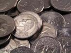 Est�o em circula��o 2 fam�lias de moedas do Real, a primeira emitida de 1994 a 1997 � toda em a�o inoxid�vel e a segunda � composta de tipos diferenciados de metal e acabamento para facilitar a identifica��o.  1 e 5 centavos: A�o inoxid�vel (borda lisa) e em 1994, a�o Inoxid�vel revestido com Cobre (borda lisa). 10 e 25 centavos: A�o Inoxid�vel Revestido com Bronze (borda serrilhada). 50 centavos: 1998-2001: Cupron�quel e em 2001- : A�o Inoxid�vel. 1 real: 1998-1999: Cupron�quel (n�cleo) e Alpaca (anel) e em 2002- : A�o Inoxid�vel(n�cleo) e A�o Inoxid�vel revestido de bronze(anel) (ambas com serrilha intermitente na borda ). As moedas americanas seguiram o tradicional padr�o de cunhagem de 5 cents em n�quel (liga de 75% cobre e 25% n�quel, conhecida como &quot;copper-nickel&quot;), estabelecido desde 1866. Ocorre que, entre as datas de 1942 e 1945, houve uma mudan�a na composi��o da liga da pe�a.A alternativa americana foi substituir a liga de &quot;copper-nickel&quot; dos 5 cents por uma liga trimet�lica, composta de 9% mangan�s, 56% cobre e 35% prata. <br/><br/> Palavras-chave: Moedas. Ligas met�licas A�o. Bronze. Cupron�quel. Tabela peri�dica.