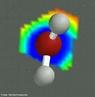 Representa��o tridimensional da mol�cula de �gua. Tamb�m designada por: �cido hidroidr�xico, �cido hidr�xico, �cido hidrox�lico, �gua comum, �gua leve, Hidrato, Hidr�xido de hidrog�nio, Hidr�xido de hidrog�nio, Hidr�xido de hidr�nio, Hidr�xido de hidr�nio, &#956;-�xido de diidrog�nio, hidr�xido de hidrog�nio, mon�xido de di-hidrog�nio ou ainda prot�xido de hidrog�nio. � uma subst�ncia que, nas Condi��es Normais de Temperatura e Press�o - CNTP (0 �C; 1 atm), encontra-se em seu ponto de fus�o. Em condi��es ambientes (25 �C; 1 atm) encontra-se no estado l�quido, visualmente incolor (em pequenas quantidades), inodora e ins�pida, essencial a todas as formas de vida conhecidas. A �gua � a subst�ncia qu�mica de f�rmula H2O: uma mol�cula de �gua tem dois �tomos de hidrog�nio ligados covalentemente a um �tomo de oxig�nio. A �gua � um l�quido ins�pido e inodoro nas condi��es ambientes temperatura e press�o, e parece incolor em pequenas quantidades, apesar de ter um matiz azul muito leve. O gelo tamb�m parece ser incolor, e o vapor d'�gua � essencialmente invis�vel como g�s. A �gua � primariamente um l�quido em condi��es ambientes, o que n�o se prev� da sua rela��o com outros hidretos an�logos da fam�lia do oxig�nio da tabela peri�dica, que s�o gases como o sulfeto de hidrog�nio. Al�m disso, todos os elementos ao redor do oxig�nio na tabela � nitrog�nio, fl�or, f�sforo, enxofre e cloro � se combinam com o hidrog�nio para formar gases. A raz�o pela qual o hidreto de oxig�nio (�gua) forma um l�quido � o fato de ele ser mais eletronegativo que todos esses elementos (exceto pelo fl�or). O oxig�nio atrai el�trons muito mais fortemente que o hidrog�nio, levando a uma carga resultante positiva nos �tomos de hidrog�nio, e uma carga resultante negativa no �tomo de oxig�nio. A presen�a de carga nesses �tomos d� � �gua um momento de dipolo. A atra��o el�trica devida a esse dipolo aproxima as mol�culas de �gua, tornando mais dif�cil separ�-las e, por conseq��ncia, elevando o ponto de ebul