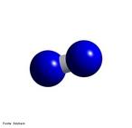Representa��o tridimensional de uma mol�cula de nitrog�nio. � o quinto elemento mais abundante no Universo. Nas condi��es ambientes (25 �C e 1 atm) � encontrado no estado gasoso, obrigatoriamente em sua forma molecular biat�mica (N2), formando cerca de 78% do volume do ar atmosf�rico. A mais importante aplica��o comercial do nitrog�nio � na obten��o do g�s amon�aco pelo processo Haber. <br/><br/> Palavras-chave: Nitrog�nio. Mol�cula. Subst�ncia simples.