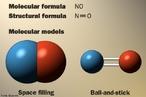 Imagem que apresenta a f�rmula molecular, a f�rmula estrutural e a representa��o dos modelos moleculares do �xido n�trico. O �xido n�trico (tamb�m conhecido por mon�xido de nitrog�nio e mon�xido de azoto), de f�rmula qu�mica NO, � um g�s sol�vel, altamente lipof�lico sintetizado pelas c�lulas endoteliais, macr�fagos e certo grupo de neur�nios do c�rebro. <br/><br/> Palavras-chave: �xido n�trico. Subst�ncia. Liga��es qu�micas. Modelos moleculares.