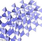 Ilustra��o representando o sistema cristalino do quartzo. Possui estrutura cristalina trigonal composta por tetraedros de s�lica (di�xido de sil�cio, SiO2), pertencendo ao grupo dos tectossilicatos. O seu h�bito cristalino � um prisma de seis lados que termina em pir�mides de seis lados, embora frequentemente distorcidas e ainda colunar, em agrupamentos paralelos, em formas maci�as (compacta, fibrosa, granular, criptocristalina), maclas com diversos pseudomorfos. <br/><br/> Palavras-chave: Quartzo. Tabela peri�dica. Di�xido de sil�cio.