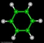Representação tridimensional da molécula de Benzeno. É um hidrocarboneto classificado como hidrocarboneto aromático, e é a base para esta classe de hidrocarbonetos: todos os aromáticos possuem um anel benzênico (benzeno), que, por isso, é também chamado de anel aromático. Também chamado de Benzol, Ciclohexa-1,3,5-trieno (sistemática), fórmula molecular: C6H6, massa molar: 78,112 g/mol. O benzeno é líquido, inflamável, incolor e tem um aroma doce e agradável. É um composto tóxico, cujos vapores, se inalados, causam tontura, dores de cabeça e até mesmo inconsciência. Se inalados em pequenas quantidades por longos períodos causam sérios problemas sangüíneos, como leucopenia. Também é conhecido por ser carcinogênico. É uma substância usada como solvente (de iodo, enxofre, graxas, ceras, etc.) e matéria-prima básica na produção de muitos compostos orgânicos importantes como fenol, anilina, trinitrotolueno, plásticos, gasolina, borracha sintética e tintas. A benzina é uma mistura de hidrocarbonetos obtida principalmente da destilação do petróleo que possui faixa de ebulição próxima ao benzeno. O benzeno foi descoberto em 1825 por Michael Faraday (1791 - 1867) no gás de iluminação usado em Londres na época. Faraday é o mesmo cientista que descobriu vários fenômenos elétricos e determinou as leis da eletrólise. <br/><br/> Palavras-chave: Benzeno. Benzina. Hidrocarbonetos aromáticos. Funções químicas. Química orgânica. Solventes.