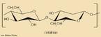 Ilustração do livro didático público onde mostra um monômero da celulose. A celulose (C6H10O5)n é um polímero de cadeia longa composto de um só monômero (glicose), classificado como polissacarídeo ou carboidrato. É um dos principais constituintes das paredes celulares das plantas (cerca de 33% do peso da planta), em combinação com a lignina, com hemicelulose e pectina e não é digerível pelo homem, constituindo uma fibra dietética. Alguns animais, particularmente os ruminantes, podem digerir celulose com a ajuda de microrganismos simbióticos (veja metanogênese). Foi primeiramente isolada e caracterizada pelo químico francês Anselme Payen em 1838. <br/><br/> Palavras-chave: Celulose. Monômero. Polímero.