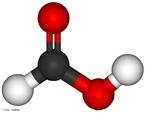 Molécula de ácido fórmico. O ácido fórmico ou oficialmente ácido metanoico, CH2O2, massa molecular 46 u, é um ácido monocarboxílico com fórmula estrutural H - COOH. É o mais simples dos ácidos orgânicos. O nome fórmico tem sua origem do latim formica, que significa formiga, dado que a primeira vez que o ácido foi isolado ocorreu por destilação do corpo de uma formiga. <br/><br/> Palavras-chave: Ácido fórmico. Molécula. Funções químicas.