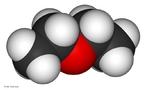 Representação da molécula de éter dietílico ou etoxietano, também conhecido como éter etílico, éter sulfúrico, ou simplesmente éter, tem fórmula molecular C4H10O e fórmula estrutural CH3CH2-O-CH2CH3. É uma substância líquida volátil e altamente inflamável. Utilizado inicialmente como anestésico, foi abandonado pelo risco de explosão e dependência. <br/><br/> Palavras-chave: Éter. Molécula. Q0uímica do carbono. Funções químicas.