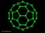Representação da estrutura molecular do Fulereno. Os fulerenos são a terceira forma mais estável do carbono, após o diamante e o grafite. Foram descobertos recentemente (1985), tornando-se populares entre os químicos, tanto pela sua beleza estrutural quanto pela sua versatilidade para a síntese de novos compostos químicos. Foram chamados de &quot;buckminsterfullerene&quot; em homenagem ao arquiteto R. Buckminster Fuller que inventou a estrutura do domo geodésico, devido à semelhança. Sua forma é de uma bola de futebol (domo geodésico) composta por 12 pentágonos e 20 hexágonos. Sua fórmula é C60. Os hexágonos mantém a planaridade (como no grafite que é plano por apresentar somente hexágonos) enquanto que cada pentágono inicia um ângulo de curvatura, sendo necessários 12 pentágonos para fechar a superfície sobre si mesma, formando uma bola. O fulereno C20 apresenta somente 12 pentágonos não possuindo hexágonos. O fulereno C70, que se parece a uma bola de rugby, tem mais hexágonos, porém com o mesmo número de pentágonos. Fulerenos são uma vasta família de nanomoléculas super aromáticas, altamente simétricas, compostas de dezenas de átomos de carbono sp2-hibridizados. Sua estrutura é em geral esférica, formada por hexágonos interligados por pentágonos, sendo estes últimos responsáveis pela curvatura da molécula e, consequentemente, por sua forma tridimensional [Kroto et al. 1985]. O representante mais conhecido da família dos fulerenos é o C60 (com 60 carbonos), um icosaedro truncado de simetria Ih, e um diâmetro de aproximadamente 1nm (namo-metro). Devido à sua forma tridimensional, suas ligações insaturadas e sua estrutura eletrônica, os fulerenos apresentam propriedades físicas e químicas únicas que podem ser exploradas em várias áreas da bioquímica e da medicina. Dentre a vasta gama de aplicações biomédicas dos fulerenos. <br/><br/> Palavras-chave: Fulereno. Carbono. Alótropos. Materiais.