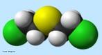 Representação da molécula de Gás Mostarda ou iperita é um agente químico (Cl - CH2 - CH2 - S - CH2 - CH2 - Cl), geralmente utilizado por forças policiais e militares. Foi produzido pela primeira vez em 1822, na Inglaterra. Provoca irritação nos olhos e feridas na pele e se for inalado pode matar por asfixia. O gás mostarda é uma substância incolor, líquida, oleosa, muito solúvel em água e muito tóxica. <br/><br/> Palavras-chave: Gás mostarda. Guerra química. Iperita. Gás tóxico.