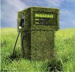 Imagem de uma bomba de combustível revestida de vegetais verde denotando a Química Verde é o projeto de produtos e processos químicos que reduzem ou eliminam o uso e geração de substâncias nocivas, como o uso de combustíveis menos poluentes. <br/><br/> Palavras-chave: Química verde. Combustíveis verdes. Poluição.