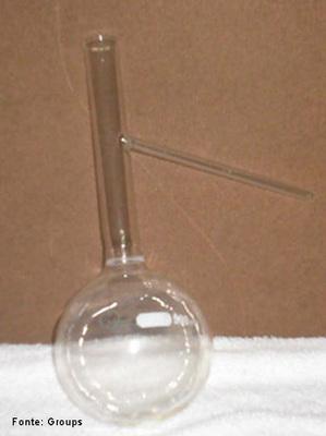 Bal�o de destila��o � um instrumento utilizado em laborat�rios para destila��o. Conecta-se a um condensador e geralmente � fabricado por vidro de borosilicato (vendido comercialmente com o nome de pirex). <br/><br/> Palavras-chave: Material de laborat�rio. Laborat�rio de Qu�mica. Vidraria. M�todo de separa��o.