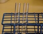 Tubo de ensaio � um recipiente usado para efetuar rea��es com pequenas quantidades de reagentes de cada vez. <br/><br/> Palavras-chave: Tubo de ensaio. Vidraria de laborat�rio. Laborat�rio de Qu�mica. Solu��es.
