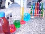 Imagem representando algumas das vidrarias utilizadas em um laborat�rio de Qu�mica.Tais como: Tubos de ensaio, B�quer, Erlenmeyer, Proveta, Bal�o de fundo chato. <br/><br/> Palavras-chave: Vidraria de laborat�rio. Laborat�rio de Qu�mica.