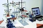 Imagem que apresenta o equipamento necess�rio para uma an�lise de laborat�rio monitorada pelo computador. <br/><br/> Palavras-chave: Laborat�rio. Equipamento de laborat�rio. An�lise qu�mica.