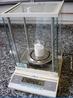 Balan�a anal�tica com um b�quer de 50 mL em seu interior contendo 1 mol de NaCl (58,44 g), utilizada para determina��o de massa. <br/><br/> Palavras-chave: Balan�a. Equipamento de laborat�rio. Laborat�rio de qu�mica.