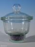 Um dessecador � um recipiente fechado que cont�m um agente de secagem chamado dessecante. A tampa � engraxada (com graxa de silicone) para que feche de forma herm�tica. � utilizado para guardar subst�ncias em ambientes com baixo teor de umidade. <br/><br/> Palavras-chave: Dessecador. Vidraria de laborat�rio. Laborat�rio de qu�mica. Subst�ncia.