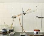 Destila��o fracionada � o processo de separa��o onde se utiliza uma coluna de fracionamento na qual � poss�vel realizar a separa��o de diferentes componentes que apresentam pontos de ebuli��o destintos, presentes em uma mistura. <br/><br/> Palavras-chave: Destila��o fracionada. Separa��o de misturas. Equipamentos de laborat�rio.