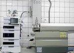 O espectr�metro de massa � um equipamento que bombardeia uma subst�ncia com el�trons para produzir �ons que, por sua vez, atravessam um campo magn�tico que curva suas trajet�rias de modos diferentes, dependendo de suas massas. O campo separa os �ons em um padr�o chamado espectro de massa. A massa e a carga dos �ons podem ser medidas por sua posi��o no espectro, identificando assim os elementos e is�topos presentes na amostra. <br/><br/> Palavras-chave: Espectr�metro de massa. �tomos. �ons. Equipamentos de laborat�rio. An�lise qu�mica.