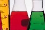 Ilustra��o de vidrarias com solu��es utilizadas em an�lise laboratorial. <br/><br/> Palavras-chave: Vidraria. Material de laborat�rio. An�lise qu�mica.