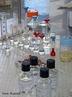 Ilustra��o de v�rias vidrarias com solu��es para an�lise em pequena escala, utilizado em laborat�rio. <br/><br/> Palavras-chave: Vidraria. Material de laborat�rio. An�lise qu�mica em pequena escala. Reagentes.