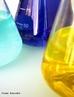 Ilustra��o de v�rias vidrarias com solu��es para an�lise em pequena escala, utilizado em laborat�rio. <br/><br/> Palavras-chave: Vidraria. Material de laborat�rio. An�lise qu�mica.