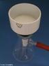 Imagem de um funil de B�chner, que pode ser colocado em cima de um bal�o de B�chner (bal�o de filtro) para ser usado para separar ou secar uma amostra por meio de filtra��o a v�cuo. <br/><br/> Palavras-chave: Funil de B�chner. Filtra��o. Separa��o de misturas. Equipamentos de laborat�rio.
