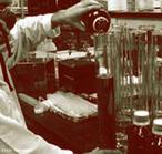 T�cnico de um laborat�rio apresentando diferentes vidrarias laboratoriais de qu�mica onde s�o realizadas pesquisas cient�ficas. <br/><br/> Palavras-chave: Laborat�rio. Pesquisas. Laborat�rio de qu�mica.