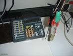 Foto de um pHmetro, que � um aparelho usado para medi��o de pH constitu�do basicamente por um eletrodo e um potenci�metro. <br/><br/> Palavras-chave: pHmetro. pH. Solu��es. Equipamento de laborat�rio. Laborat�rio de Qu�mica.