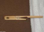 Instrumento de laboratório utilizado para pegar tubos de ensaio ou outra vidraria, geralmente quente. <br/><br/> Palavras-chave: Pinça de madeira. Laboratório de Química. Material de laboratório.