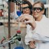 Laboratorista calibrando equipamento de laborat�rio para realiza��o de analises qu�micas. <br/><br/> Palavras-chave: Material de laborat�rio. Laborat�rio de qu�mica. T�cnica de opera��o de equipamentos de laborat�rio.