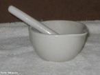O almofariz (tamb�m chamado gral ou morteiro) � um utens�lio que serve para moer pequenas quantidades de produtos, por vezes misturando v�rios ingredientes. <br/><br/> Palavras-chave: Material de laborat�rio. Laborat�rio de Qu�mica.